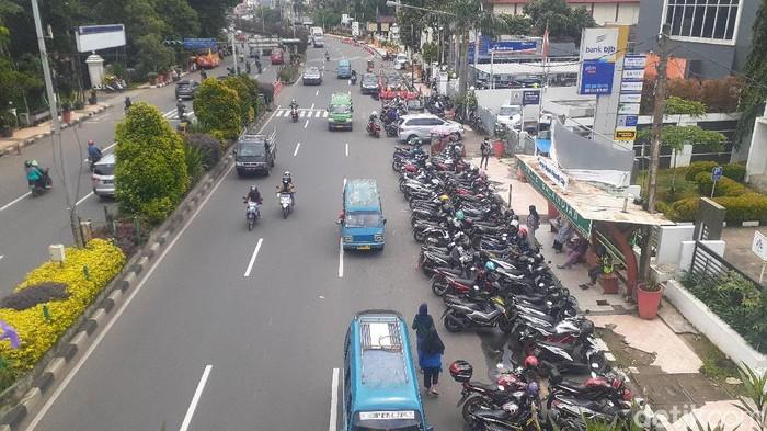 JPO dekat Kantor Wali Kota Depok terhalang parkir. 26 Februari 2021. (Afzal NI/detikcom)