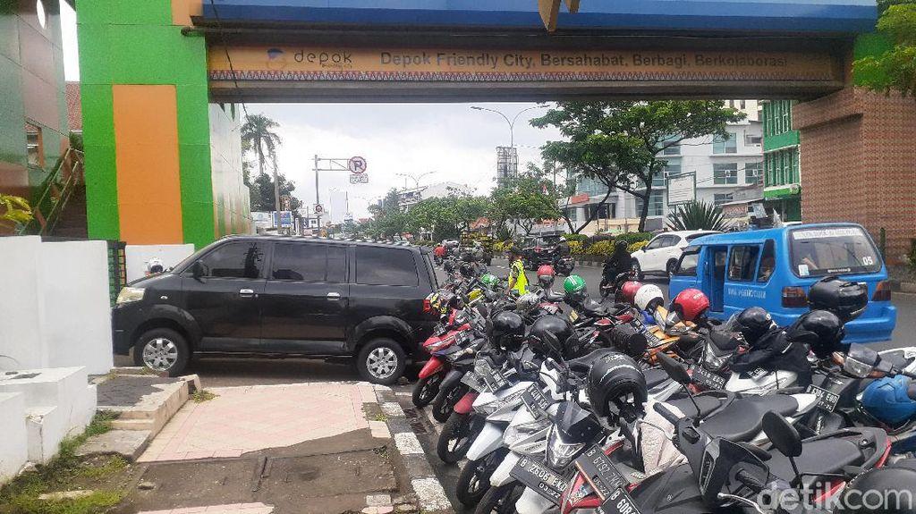 Parkir Liar Masih Saja Halangi JPO Kantor Walkot Depok, Dishub Minta Doa