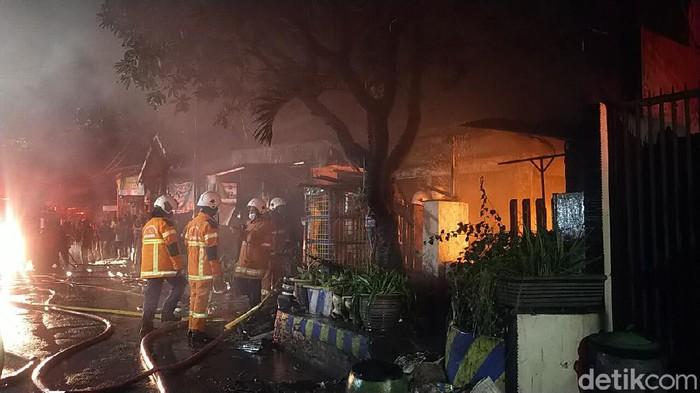 Sebuah rumah di Jalan Wonosari Kidul, Kelurahan Sawunggaling, Kecamatan Wonokromo terbakar. Dua orang masih terjebak dalam rumah tersebut.