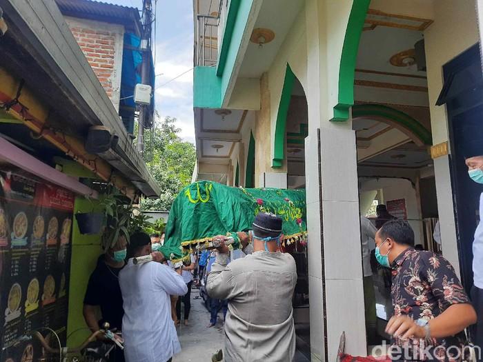 Seorang ibu dan anaknya tewas dalam kebakaran rumah di Jalan Wonosari Kidul, Kelurahan Sawunggaling, Kecamatan Wonokromo. Kini, jenazah keduanya sudah dimakamkan.