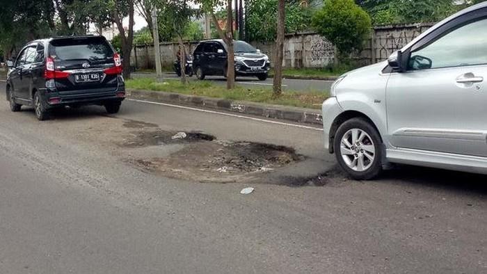 Kerusakan jalan di Jl I Gusti Ngurah Rai, Bintara, Bekasi Barat, Kota Bekasi, 26 Februari 2021. (Deden Purwanto via Pasangmata)