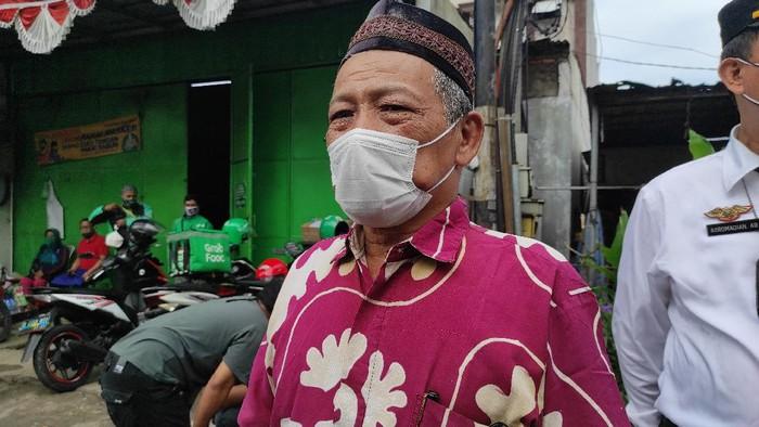 Ketua RW 04 Hj Ali Rosiani saat ditemui di depan RM Cafe yang ditutup (Foto: Azhar/detikcom)