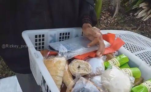 Tak Takut Rugi, Kakek selalu Sedekahkan Rotinya yang Tak Laku untuk Anak Kecil