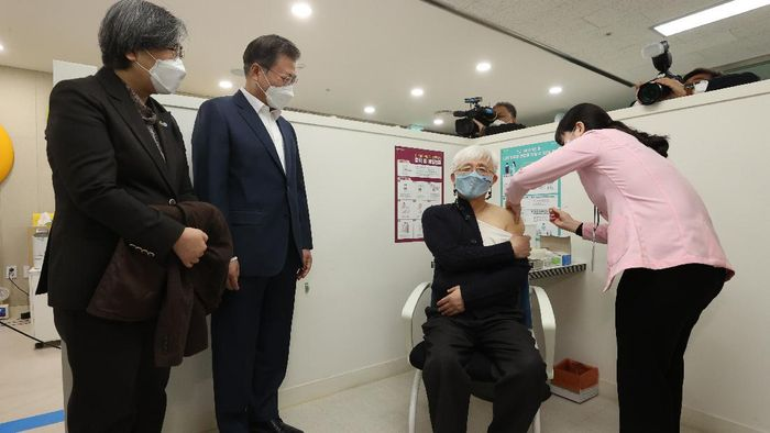 Korea Selatan mulai gelar vaksinasi COVID-19 massal hari ini. Dilansir dari AP, ribuan penduduk akan menerima suntikan pertama vaksin COVID-19 Astrazeneca.