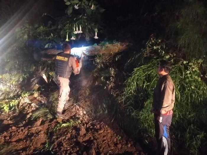 Longsor kembali terjadi di Kecamatan Tosari, Pasuruan. Longsor di Desa Podokoyo sempat menutup jalur alternatif menuju Gunung Bromo.