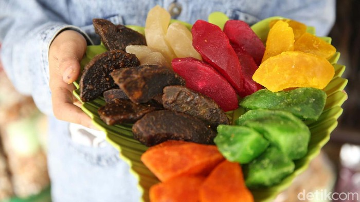 Kulit jeruk Bali ternyata bisa diolah menjadi manisan yang enak dan penjadi peluang bisnis. Salah satunya ditekuni oleh Hj. Elin Ratna Asmara warga Ciwidey, Kabupaten Bandung.