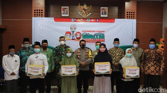 para petinggi polres tuban menggandeng TNI dan pangasuh pondok dan santri ajak bersatu lakukan gerakan santri bermasker.