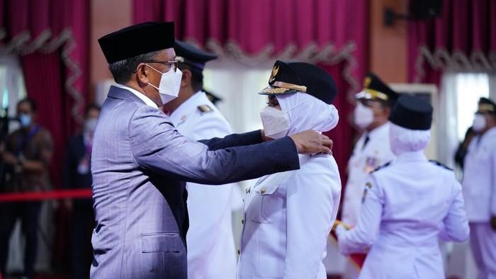 Pasangan Bupati-Wakil Bupati Maros terpilih Chaidir Syam-Suhartina Bohari dilantik Gubernur Sulsel (dok. Istimewa).