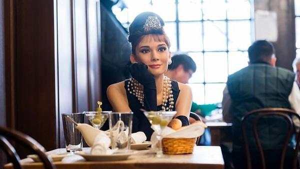 Bahkan ada aktris Audrey Hepburn yang telah meninggal dunia di usia 63 tahun. Dia seolah hidup kembali di restoran ini. (Getty Images/Noam Galai)
