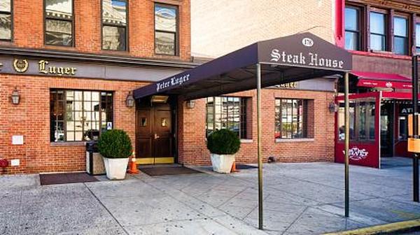 Terapkan social distancing, restoran steak ikonik di New York, Peter Luger membatasi kapasitas pengunjung hingga 30 persen. (Getty Images/Noam Galai)