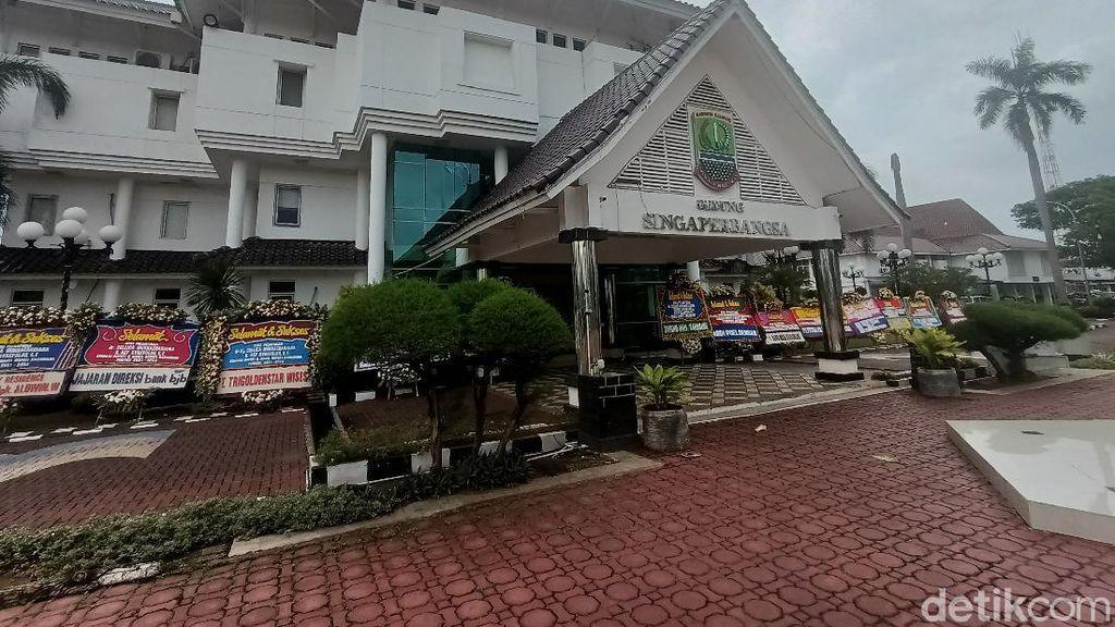 Berkah Penjual Karangan Bunga di Balik Pelantikan Bupati-Wabup Karawang