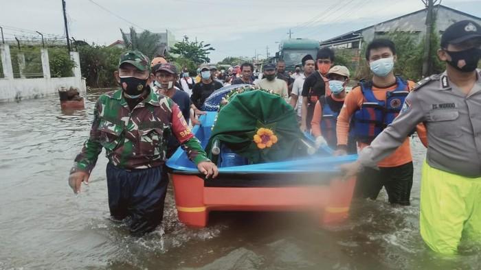 Perahu dikerahkan untuk membantu proses pemakaman jenazah warga yang terdampak banjir di Kota Semarang, Jawa Tengah, Jumat (26/2/2021).
