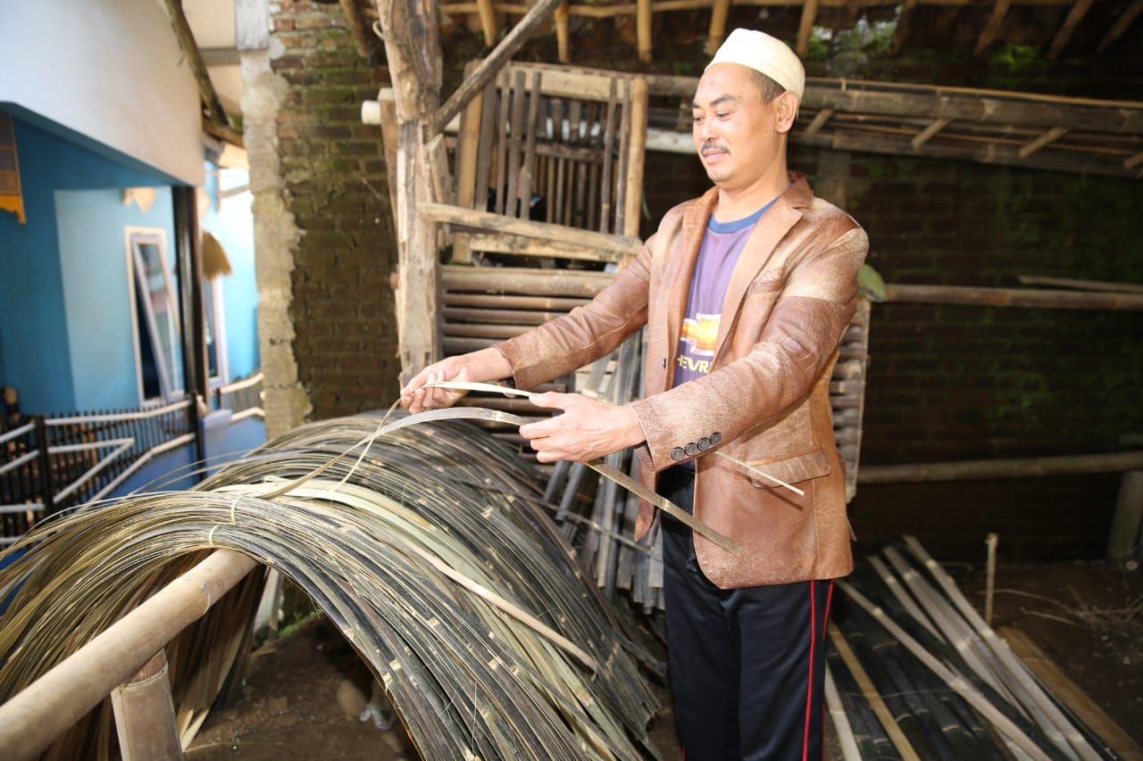 Perajin bilik bambu di Ciwidey Bandung