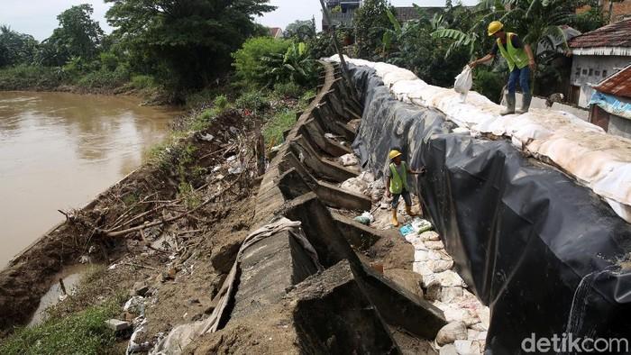 Tanggul Kali Bekasi di Jatiasih sempat jebol saat banjir beberapa hari lalu. Tanggul itu kini tengah diperbaiki.