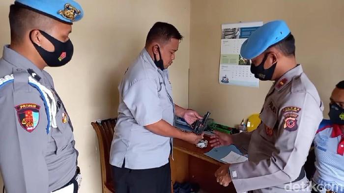 Petugas melakukan pemeriksaan terhadap kondisi senjata api yang digunakan anggota Polres Sumedang.