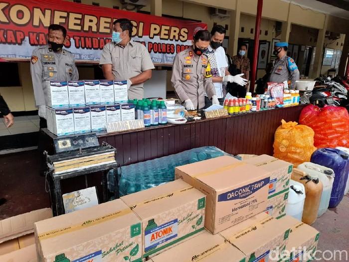 Polisi bongkar pabrik pestisida palsu di Brebes, Jumat (26/2/2021).