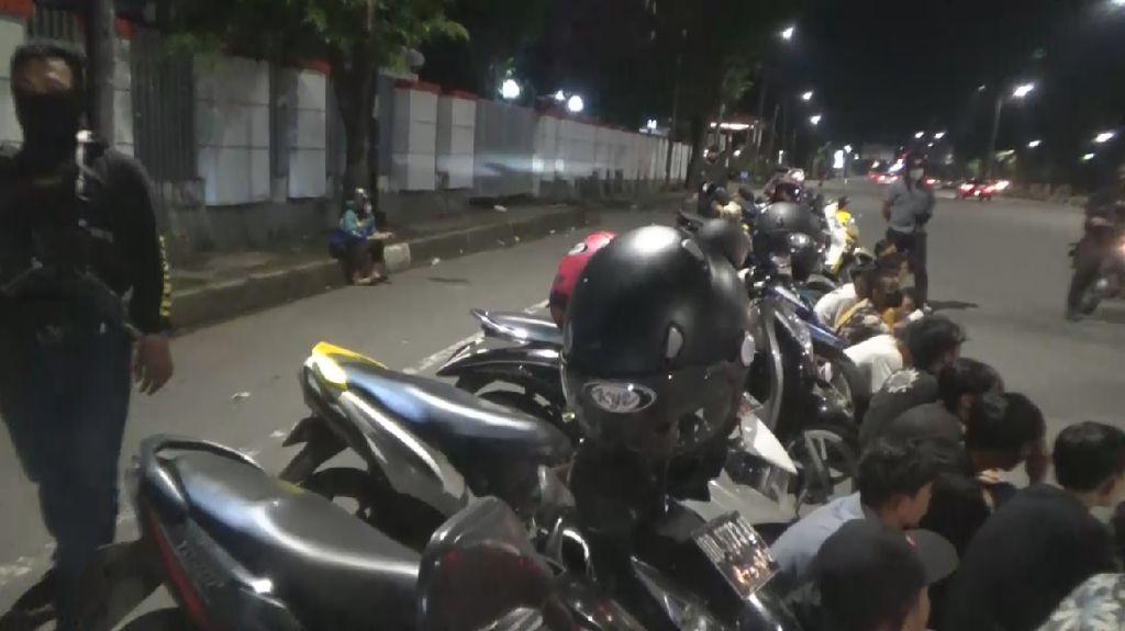 Video Polisi Dilempari Batu Saat Bubarkan Balap Liar di Makassar