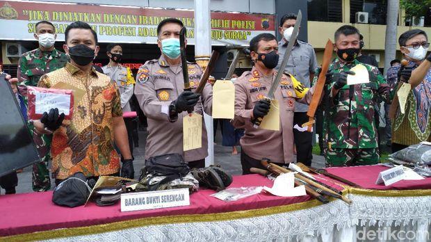 Polisi jumpa pers kasus premanisme bersenjata tajam, di Polresta Solo, Jumat (26/2/2021).
