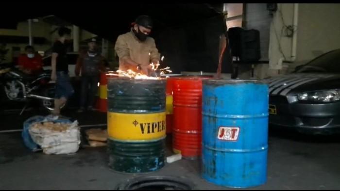 Polisi membongkar drum berisi 100 kilogram ganja di Depok.