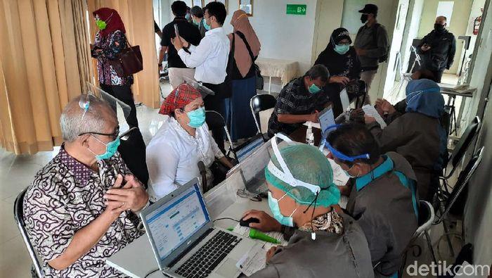 Proses vaksinasi COVID-19 terus digalakan di berbagai daerah Indonesia. Puluhan lansia di Bandung pun ikut serta dalam proses vaksinasi virus Corona tersebut.