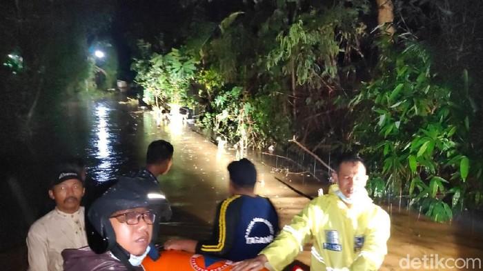 Ratusan rumah di Jalur Lingkar Selatan (JLS) Kota Probolinggo banjir setelah diterjang hujan deras selama 3 jam. Warga pun memilih mengungsi ke tempat yang lebih aman dan meninggalkan harta bendanya. Selain di wilayah Kota Probolinggo, di atas lereng Gunung Bromo juga hujan deras.