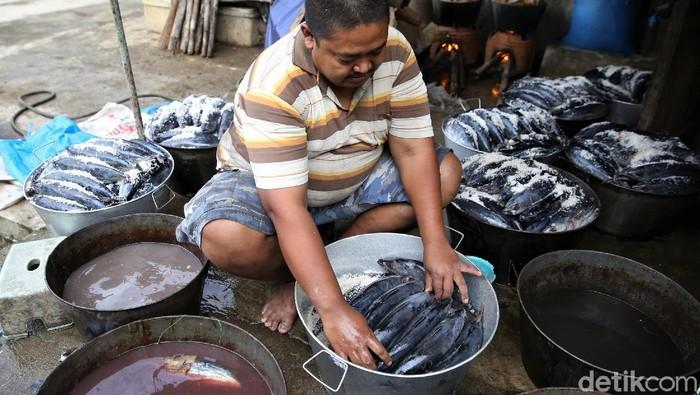 Bisnis olahan ikan pindang bisa jadi pilihan usaha yang menjanjikan. Seperti UMKM di Kabupaten Bandung ini yang raup cuan hingga belasan juta lewat bisnis itu.
