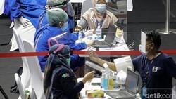 Sejumlah pekerja media mendapatkan vaksin COVID-19. Proses vaksinasi dilakukan di Hall A Senayan, Jakarta.