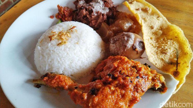 Ada Gudeg Komplet Berbumbu Mlekoh di Resto Rumah Jawa