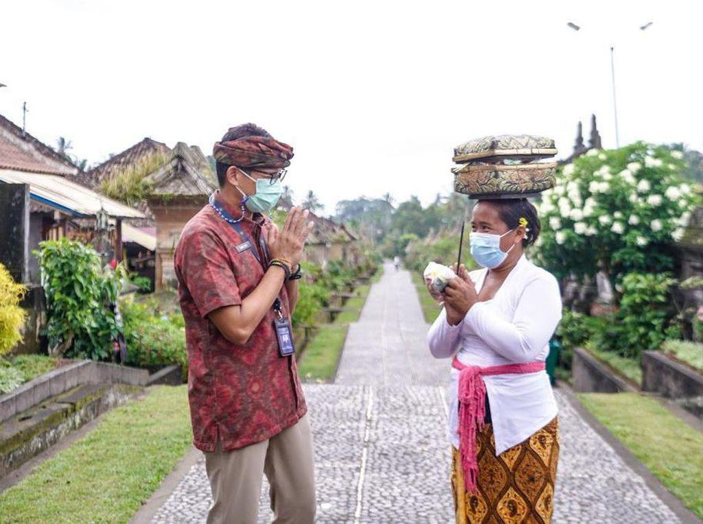 Tengok Desa Penglipuran di Bali, Sandiaga Minta Pengunjung Patuhi Prokes