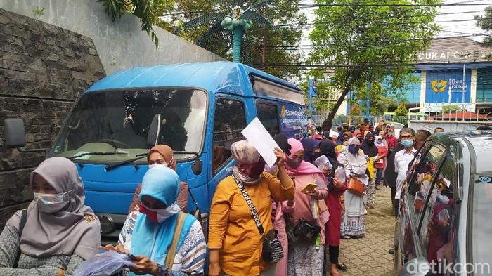 Sejumlah emak-emak datangi kantor Disdukcapil Cirebon untuk ganti foto e-KTP