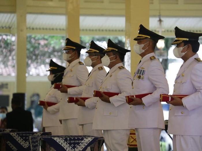 Sri Sultan HB X melantik tiga bupati-wakil bupati di DIY, Yogyakarta, Jumat (26/2/2021).