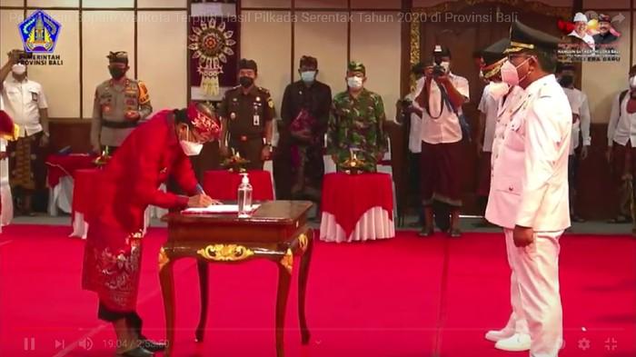 Tangkapan layar Gubernur Bali Wayan Koster melantik enam kepada daerah di Bali (Foto: Istimewa)