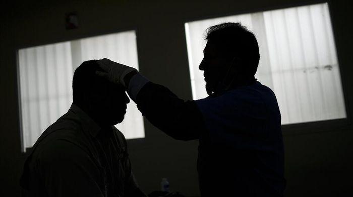 Terapi kesehatan terus dilakukan bagi pasien COVID-19 yang telah sembuh. Di Venezuela, terapi kesehatan sebagian besar dilakukan dengan pengobatan alternatif.