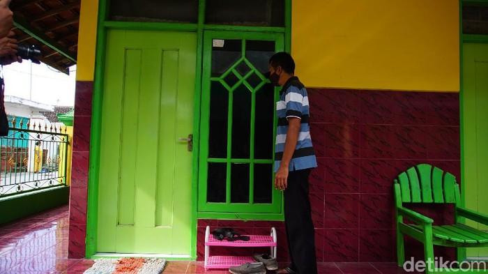Densus 88 Antiteror meringkus terduga teroris di Kabupaten Mojokerto. Terduga teroris yang ditangkap sehari-hari berjualan parfum secara online.