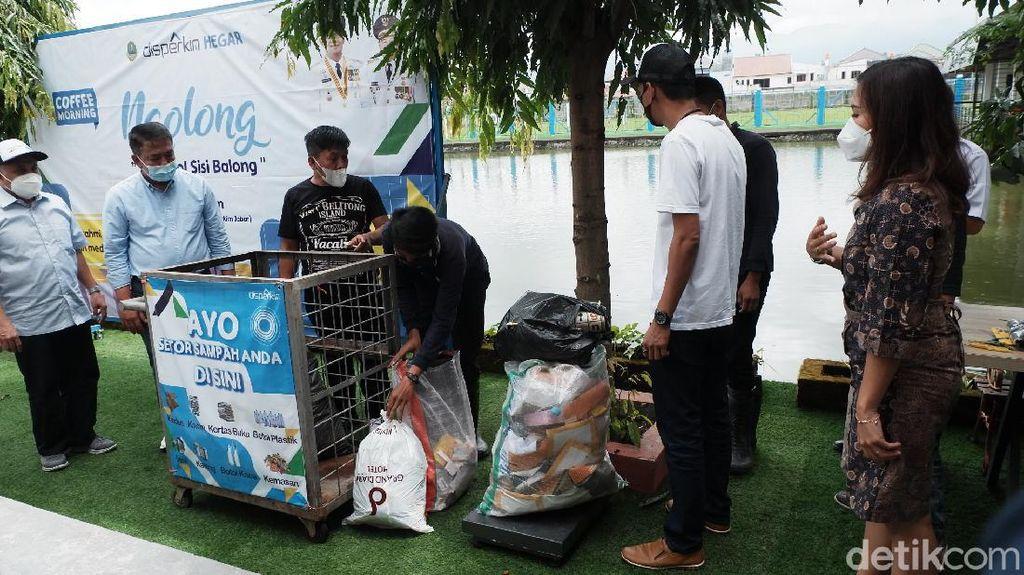 Asyik, Warga Jabar Bisa Tukar Sampah Jadi Uang hingga Rumah
