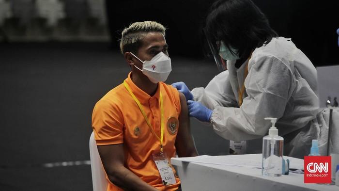 Petugas kesehatan menyuntikkan vaksin COVID-19 kepada atlet, pelatih dan tenaga pendukung di Istora Senayan. Jakarta, Jumat, 26 Februari 2021. CNN Indonesia/Adhi Wicaksono