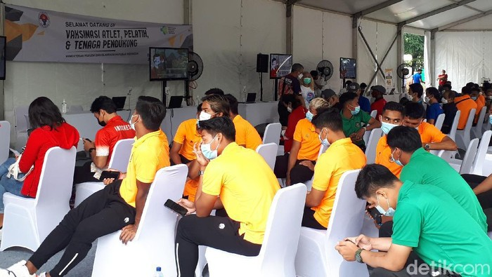 Vaksinasi COVID-19 buat Atlet di Istora Senayan, Jumat (26/2).
