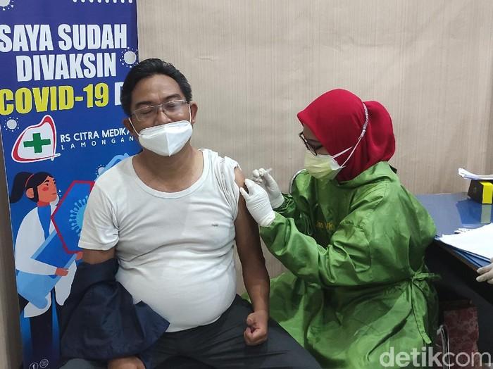 Jurnalis di Lamongan mulai menjalani vaksinasi COVID-19 hari ini. Selain jurnalis, vaksinasi tahap dua dosis pertama yang sudah berlangsung selama tiga hari ini juga menyasar petugas pelayanan publik, pedagang hingga pengelola pasar.