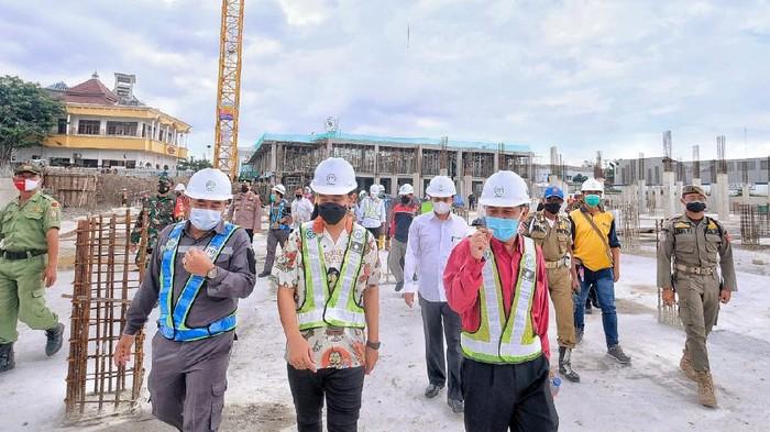 Wali Kota Solo Gibran Rakabuming Raka mengecek proyek Pasar Legi, Jumat (26/2/2021).