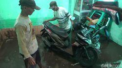 Warga Dibantu TNI/Polri Bersihkan Rumah yang Terdampak Banjir Probolinggo