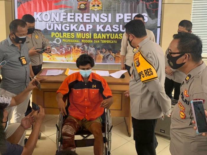 Bintang alias Sutarwan, pembunuh bayaran dihadiahi tembakan di kaki kanan oleh polisi