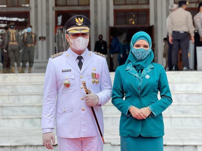 Gaya hijab Vivi Zubedi dampingi suaminya saat pelantikan.