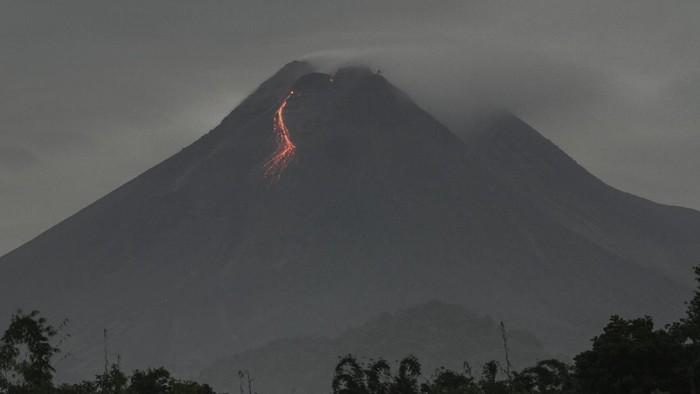 Guguran lava pijar terlihat dari Desa Hargobinangun, Pakem, Sleman, DI Yogyakarta, Sabtu (27/2/2021). Menurut data Balai Penyelidikan dan Pengembangan Teknologi Kebencanaan Geologi (BPPTKG) periode pengamatan pukul 18.00 WIB (26/2) - 06.00 WIB (27/2) telah terjadi 42 kali guguran lava pijar dengan jarak luncur maksimal 1.800 meter ke arah barat daya. ANTARA FOTO/Hendra Nurdiyansyah/aww.