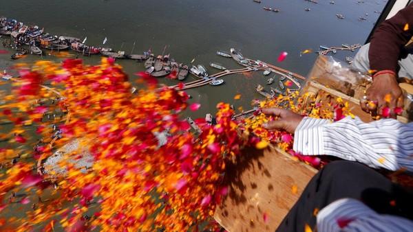 Kelopak bunga tersebut sengaja ditaburkan oleh petugas pemerintah setempat dari atas helikopter.