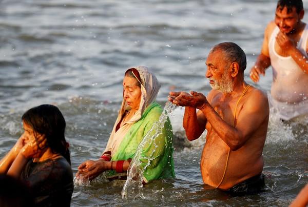 Karena itulah saat momen Kumbh Mela, peziarah mandi di sungai, karena mereka ingin mendapatkan kemurnian, keberuntungan, dan keabadian. Bahkan juga ada yang meminum air Sungai Gangga, walau terbukti aliran sungai mengandung polusi alias kotor.( AP/Rajesh Kumar Singh)
