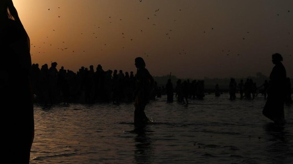 Diakui sebagai warisan budaya oleh UNESCO pada 2017, Kumbh Mela terakhir di Allahabad pada 2019 menarik sekitar 55 juta orang selama 48 hari. Tahun ini, mulai Kamis (14/1), Haridwar di India utara menjadi tuan rumah, dan beberapa juta orang diperkirakan akan memadati kota suci di negara bagian Uttarakhand selama tujuh minggu mendatang.