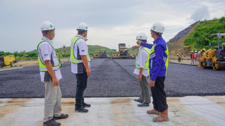 Indonesia Tourism Development Corporation (ITDC) memulai pengaspalan pertama lintasan Jalan Kawasan Khusus (JKK) The Mandalika.