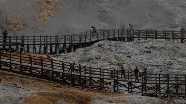 Menurut pengelola tempat wisata kawasan Dieng, sejak penerapan Pemberlakuan Pembatasan Kegiatan Masyarakat (PPKM) jumlah kunjungan wisatawan menurun hingga 70 persen dibandingkan sebelumnya.