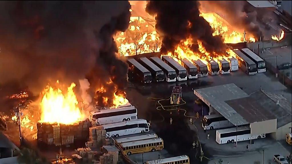 Kebakaran Hebat Terjadi di California, Bus-bus Ludes Dilalap Api