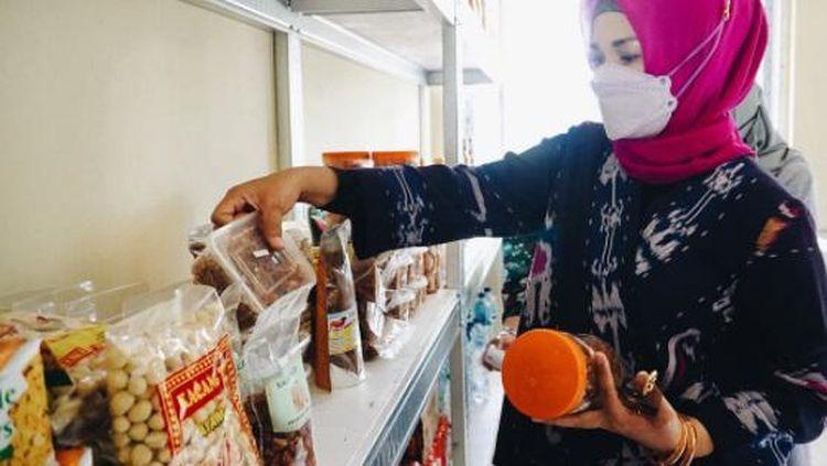 Ini Lies F Nurdin, Istri Gubernur Nurdin Abdullah Saat Makan Tumpeng dan Tinjau UMKM